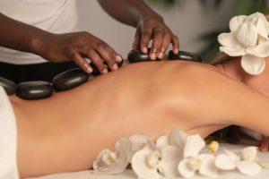 Jak wykonać masaż gorącymi kamieniami?